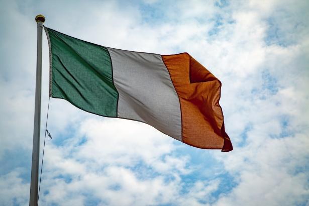 Drapeau de l'Irlande flottant au vent